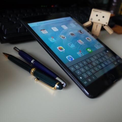 iPad mini Retina 香港版 A1490にバンカーリングBANKER RING 本体はiPhoneよりデカイからスタンド機能の角度はこんなもの
