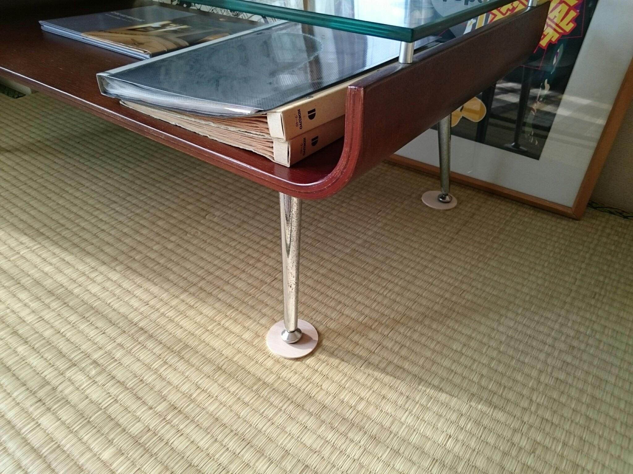 テーブル足の下にクッション板を置きました。