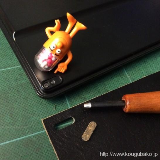 接着剤の痕跡が小さい。十分な量の接着剤が使われていない様子です。 革の小片から似たような形に、切り出したところです。