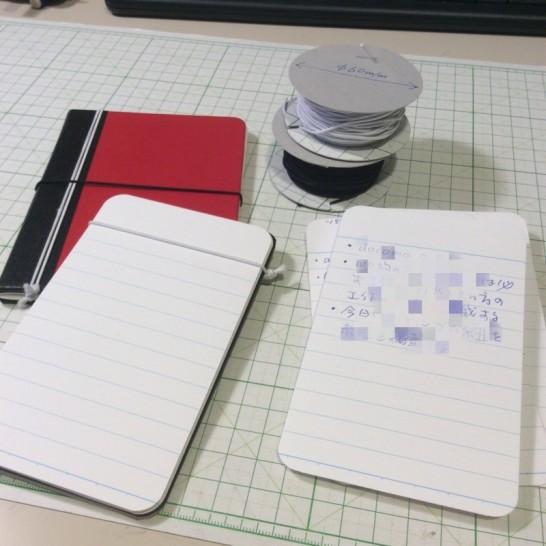 100均のゴムは小型のトラベラーズノートもどきやメモカードの自作によくつかっています。