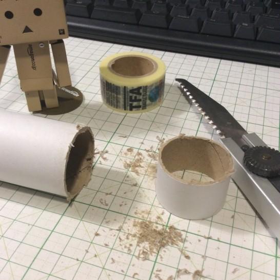 ラップの芯を輪っかに切ります