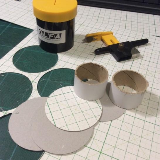 ラップの芯をマステの幅に切ってからつばを工作用紙から切り出しました。