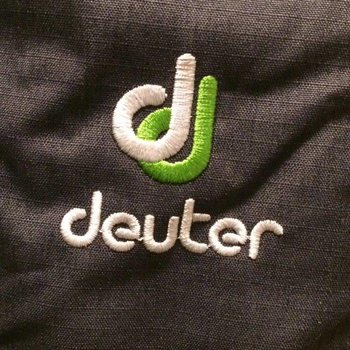 ドイターのロゴ(^^) リュックの色によって色が違います。