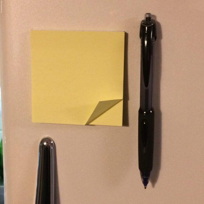 冷蔵庫にポストイットと加圧ボールペン