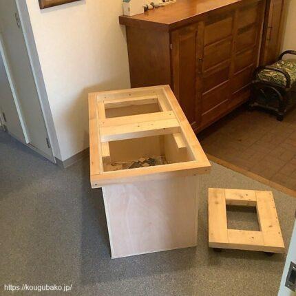 玄関スペースに箱作業台を運んできました