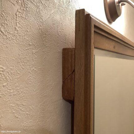 斜めにカットされている上の部材は、鏡にビス止めされた部材。下の部材が壁に取り付けた材
