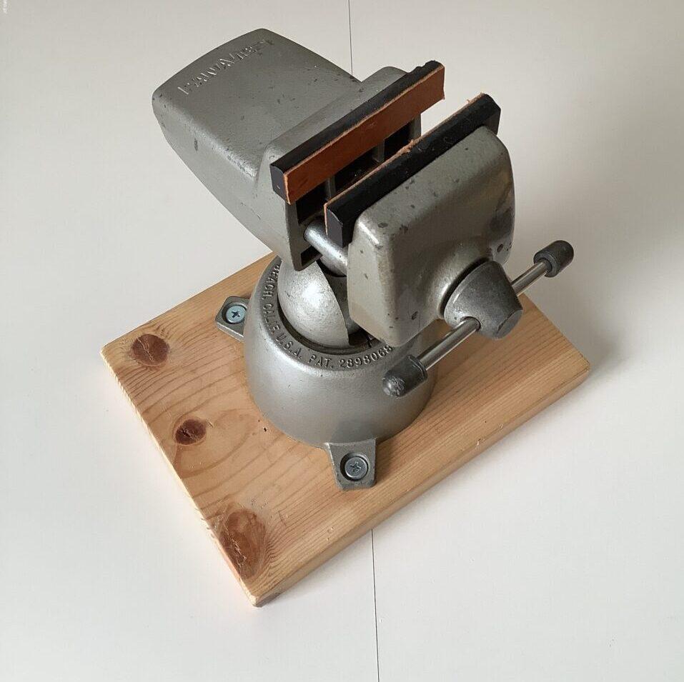 手元用の万力、パナバイス PANA VISE に、木製台座を取り付けた